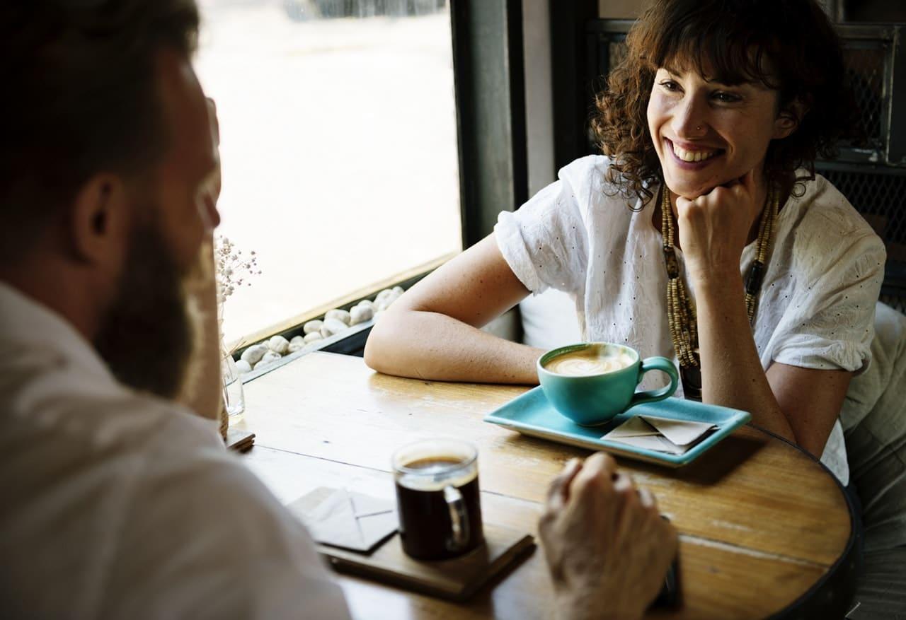محادثة بين شخصين بالانجليزي للتعارف